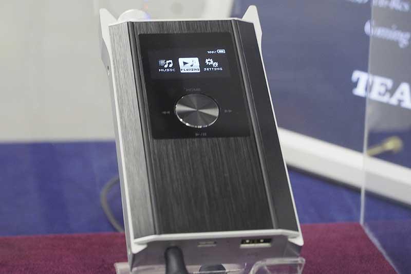 Prémium kategóriás hordozható audiolejátszó a kanyarban