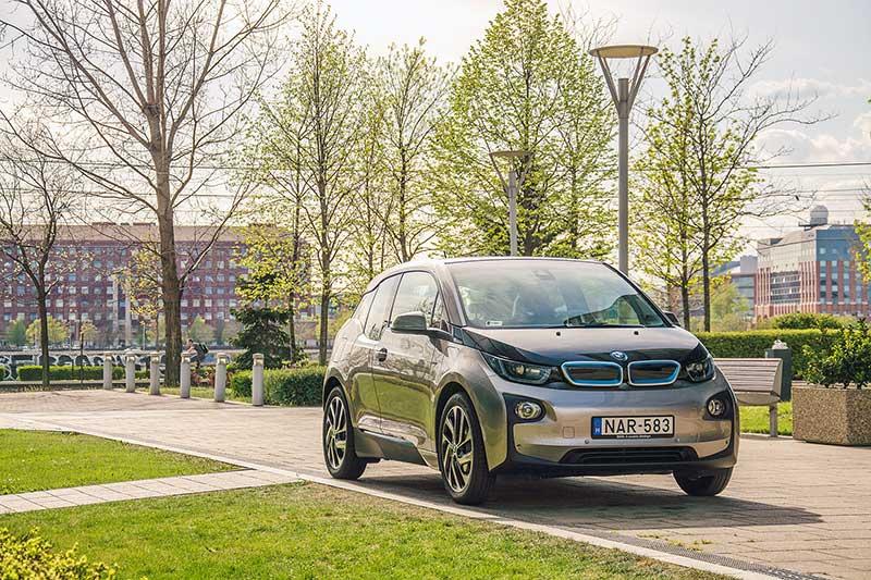 Kategóriájában piacvezető Magyarországon a BMW i3 plug-in-hibrid sportautó
