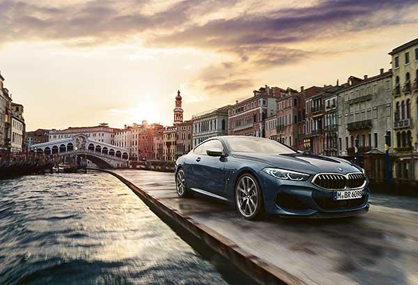 Valóra váltott álmok a velencei Canal Grandén: felülmúlhatatlan vezetési behatás a korszerű BMW 8-as Coupé-val