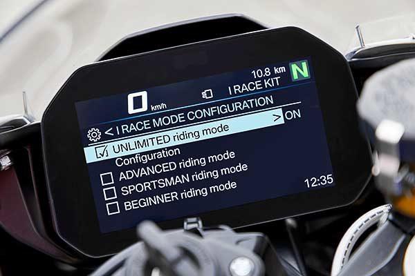 A BMW Motorrad przentálja: iRace Kit az S 1000 RR-hez
