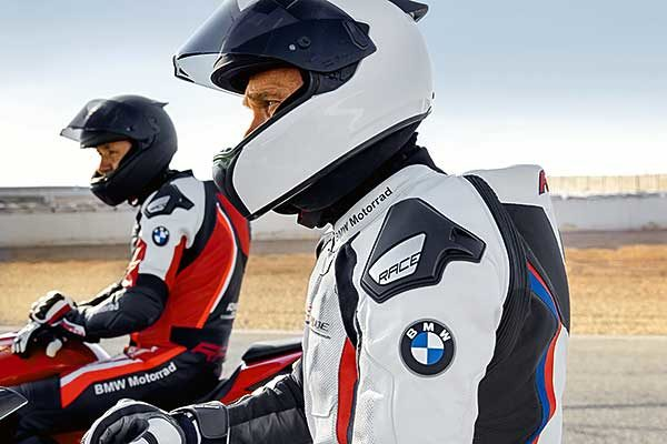 Színtiszta versenyérzés a korszerű BMW Motorrad versenyruhákban