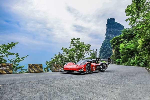 """7:38.585 perc a """"Mennyek kapujáig"""": a Volkswagen az ID. R modellel állította fel az első rekordot a kínai Tianmen hegységben"""