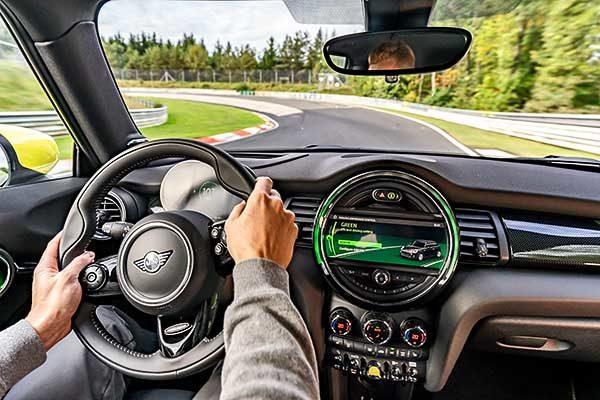 """Zöld üzemmód a """"Zöld Pokolban"""": versenypályára gurult a MINI Cooper SE"""